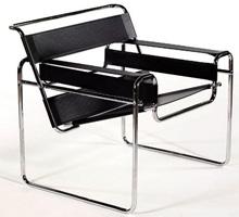 Poltroncina in pelle per l'ufficio. Struttura in acciaio cromato, seduta e schienale in pelle.